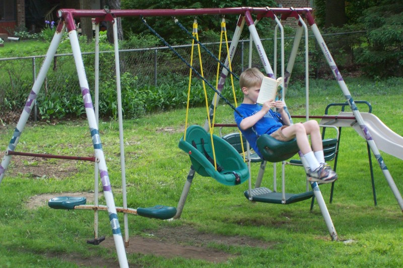 Reading_while_swinging_001