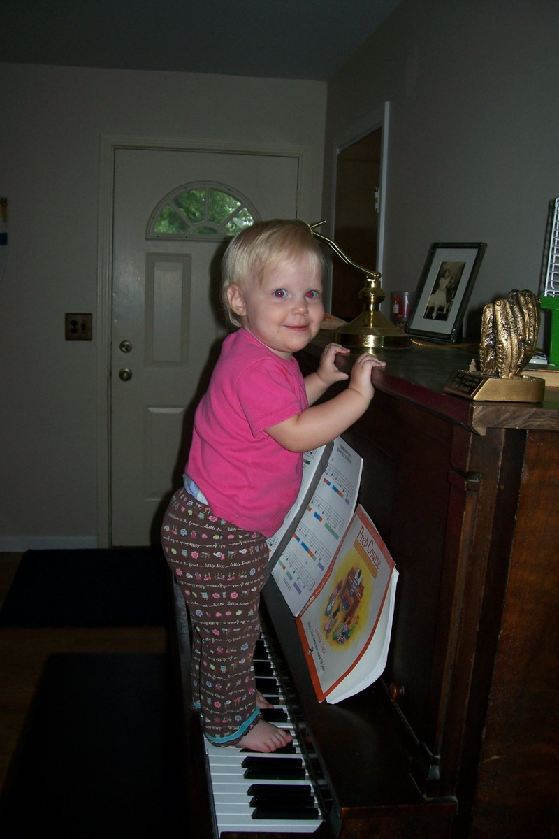 Baby_on_piano_002